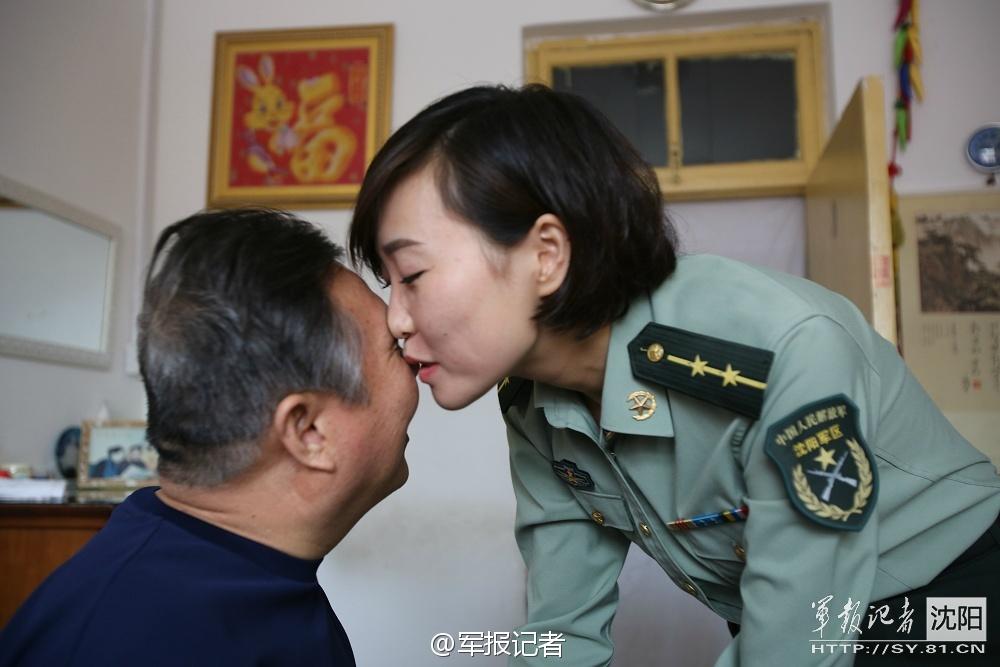 最美女军官每天亲吻英雄父亲