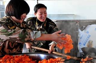 新疆女干部为新战士做手抓饭