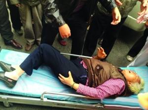 扬州一老太摔倒称被小伙撞的 多名目击者:没撞