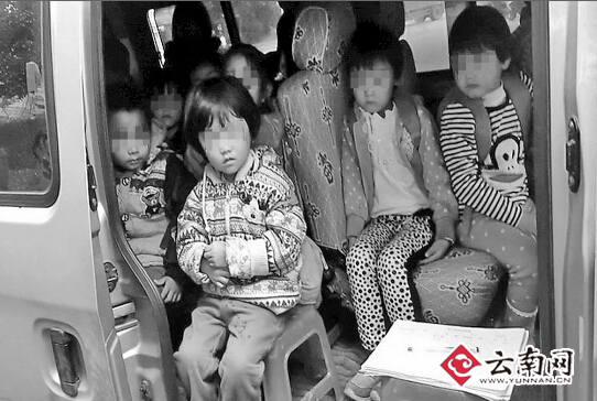 """7座小微型车坐21个娃 """"叠罗汉""""般挤一起(图)"""