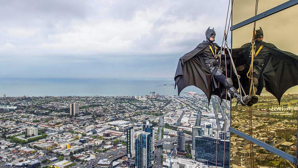 墨尔本超级老板日 蝙蝠侠飞檐走壁助公益