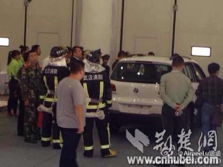 """网曝武汉国际车展两车""""自燃"""""""