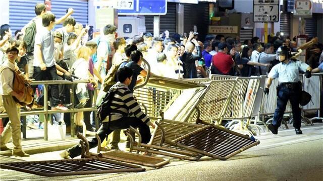 """香港""""占领中环""""非法示威者再度占据旺角弥敦道"""