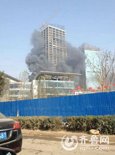 济南一在建商业综合体发生火灾 消防官兵正全力扑救