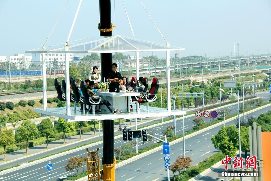 南京一开发商推出空中悬浮餐厅吸引顾客