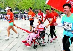 """北京马拉松今年不见""""尿红墙"""" 垃圾依旧随手扔"""