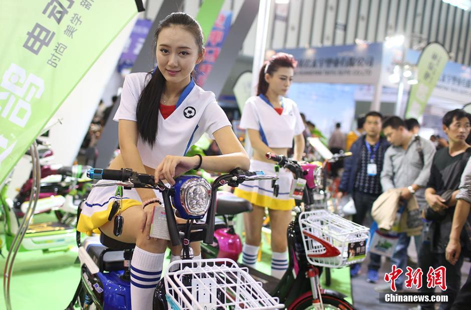美女模特抢眼江苏国际自行车电动车交易会