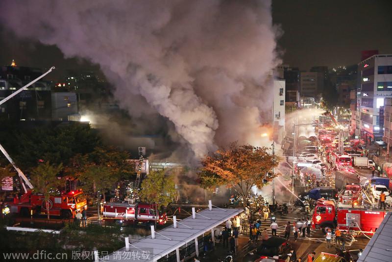 韩国东大门综合商业街起火 17间商铺被烧毁