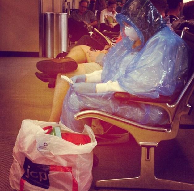 美国女子为防埃博拉 穿自制防护服乘飞机