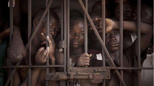 摄影师记录塞拉利昂青少年监狱无助窘境
