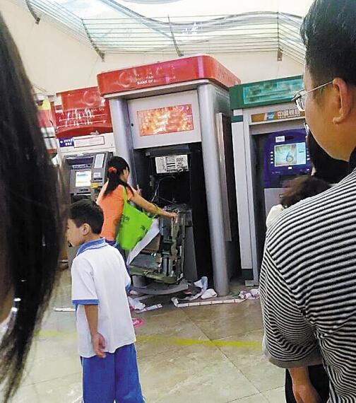 东莞一女汉子取钱银行卡被吞 徒手拆毁柜员机(图)