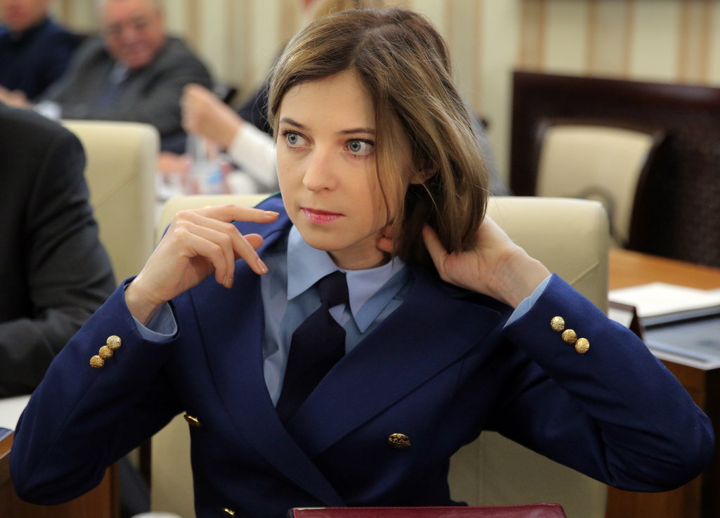 克里米亚美女检察官出席会议 撩拨头发超柔美