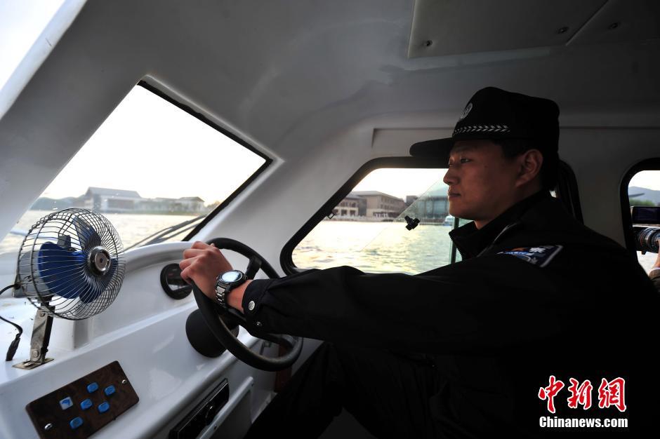 """北京""""水上警察""""巡控雁栖湖保障APEC安全"""