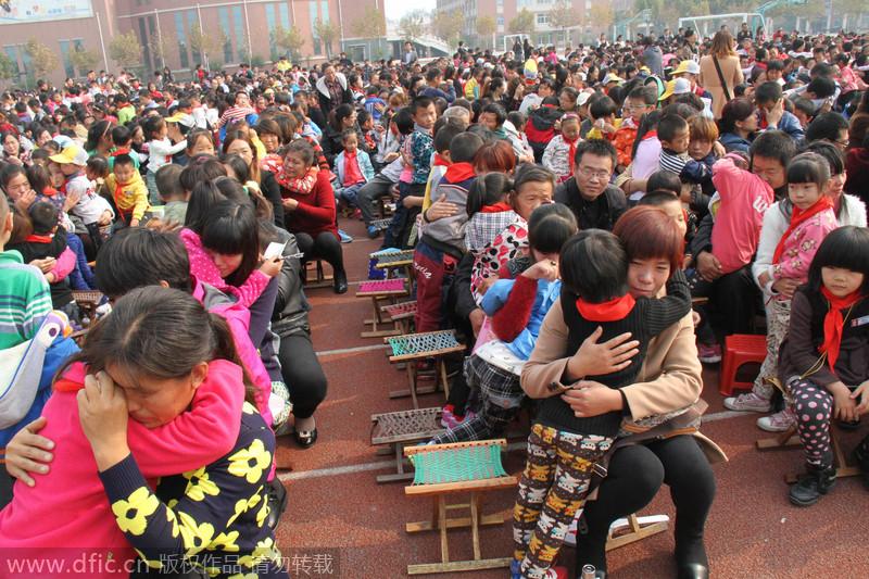 山东一小学组织感恩演讲 三千余学生家长痛哭流涕