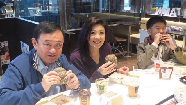 英拉携子在东京大吃汉堡包 享受平民温馨假期生活