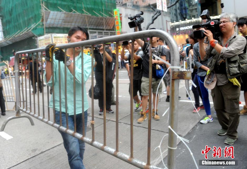 """香港市民自发清除违法""""占中""""路障"""