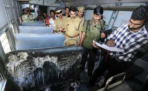 印度一女子在火车上遭人泼酒精纵火而身亡(图)