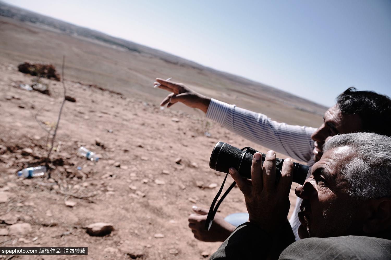土叙边境:库尔德难民登山顶瞭望科巴尼战火