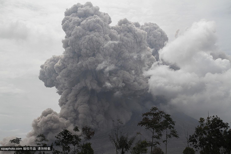 印尼锡纳朋火山持续喷发 黑色火山灰气势汹涌直穿云层