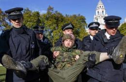 """""""占领伦敦""""示威者被警方抬走"""