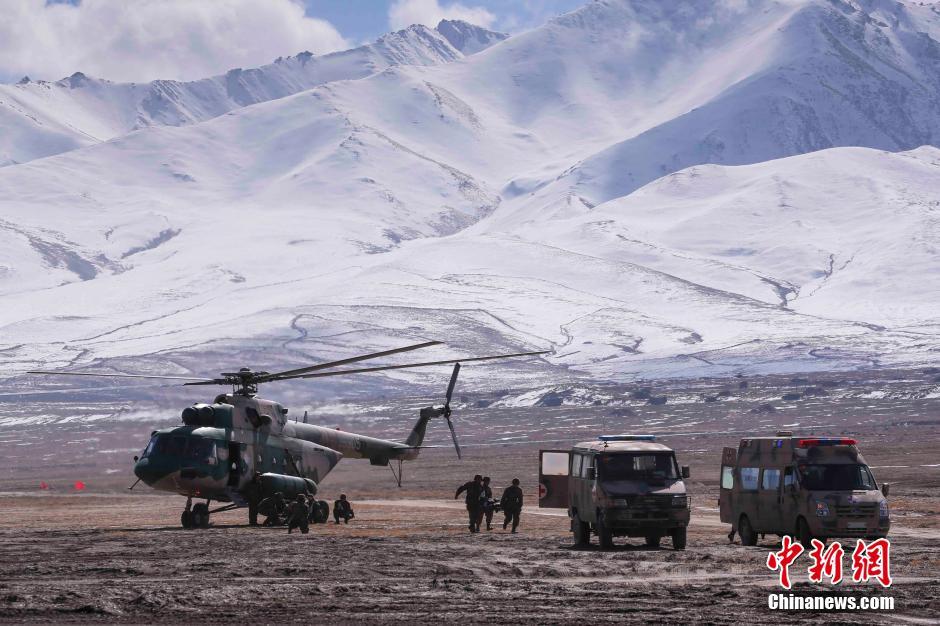 解放军向青藏高原运送大批坦克