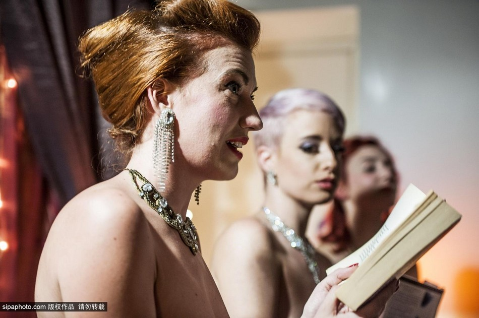 罗马读书会 美女躶体阅读莎士比亚诗歌 图片