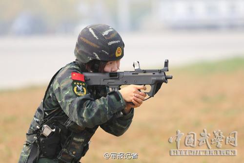 武警女兵手持新式冲锋枪反劫机