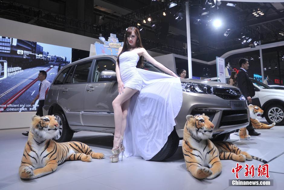 """重庆车展美女模特秀""""钢管舞""""引围观"""