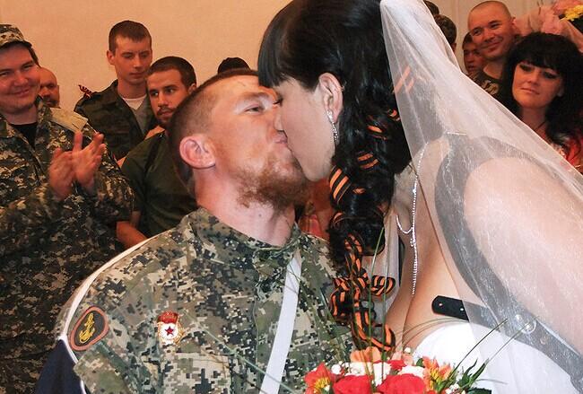 """实拍乌东部""""战火中的婚礼"""""""