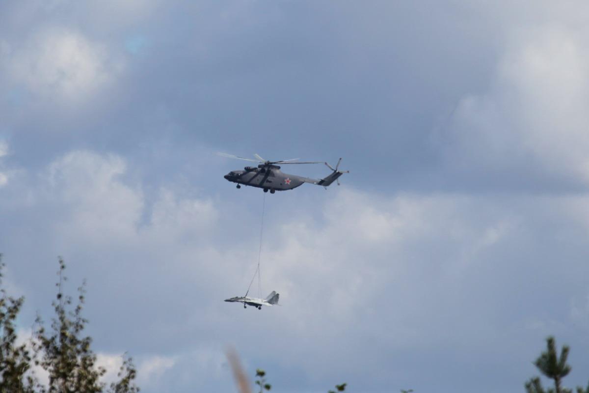 米26直升机轻松吊起米格-29
