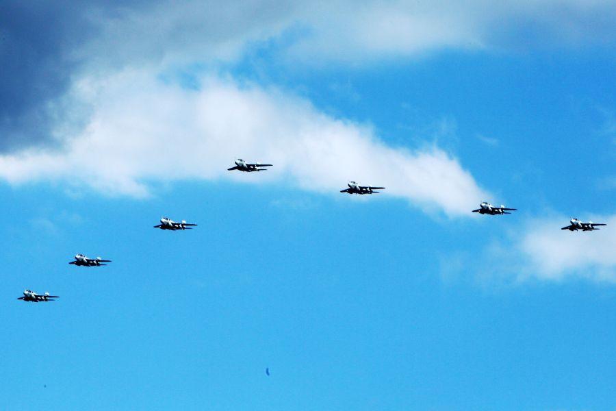 天空突然飞过美军电子战机群
