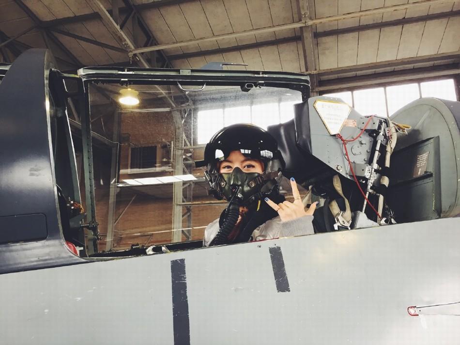 邓紫棋搭乘L-39教练机太空特训
