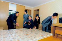 朝鲜教师住进高楼公寓 金正恩赠予住房证