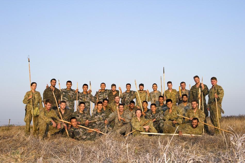 中美澳三国士兵手持鱼叉合影