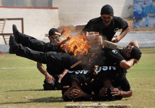 印黑猫特种部队展示胸口劈火砖