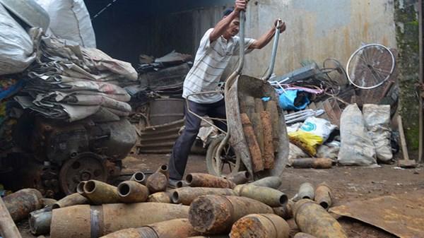 越南废品站里堆满各类炮弹