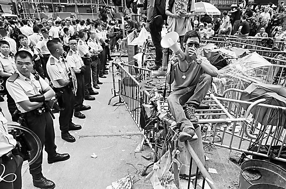 """香港两派冲突随时""""走火"""" 旺角街头成香港""""火药库"""""""
