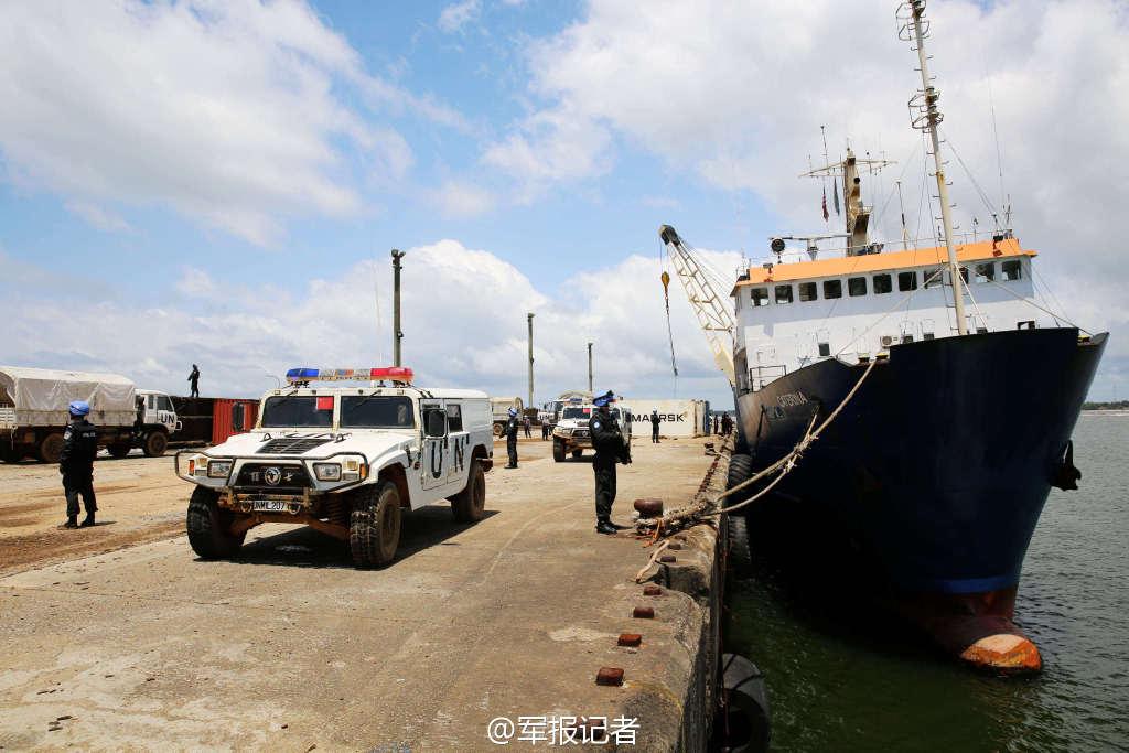 中国装甲车护送埃博拉防疫装备
