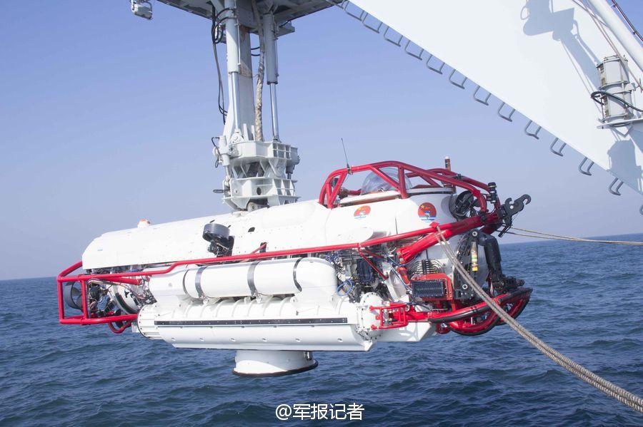 解放军潜艇紧急救援现场画面