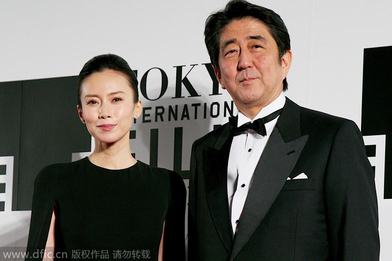 日首相安倍现身东京电影节 与女星走红毯乐开花