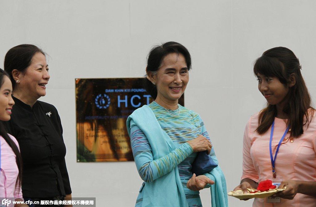 缅甸总统大选将至 昂山素季参观选区内学校