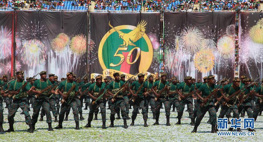 赞比亚盛大庆典庆独立50周年 中国武术教官表演功夫