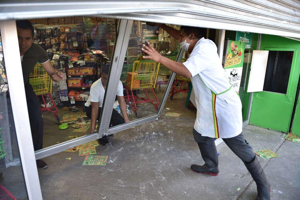 墨西哥学生洗劫一超市 要求找到43名失踪学生