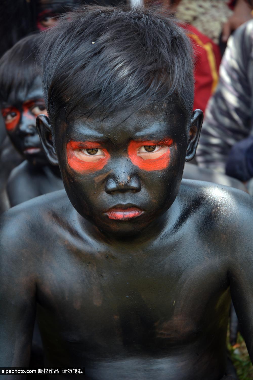 印尼爪哇岛村民涂黑脸扎草人 庆祝伊历新年