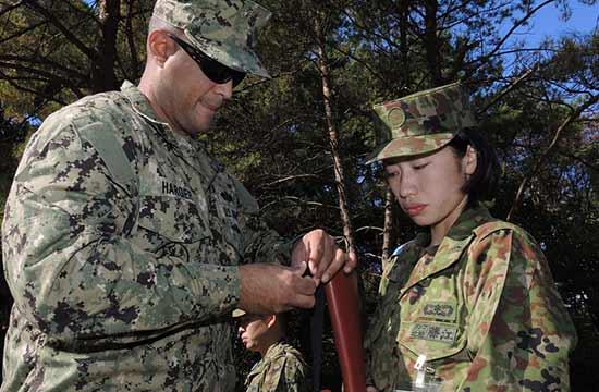 美国大兵悉心传授日本女兵枪法