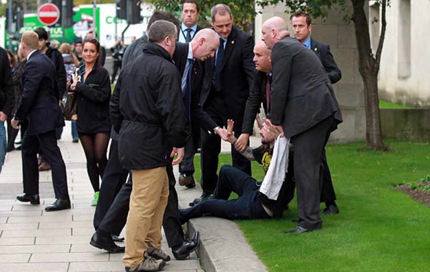英国首相卡梅伦在利兹市遭陌生男子袭击