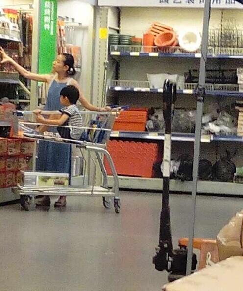 董洁素颜带儿子逛超市 5岁顶顶活泼可爱