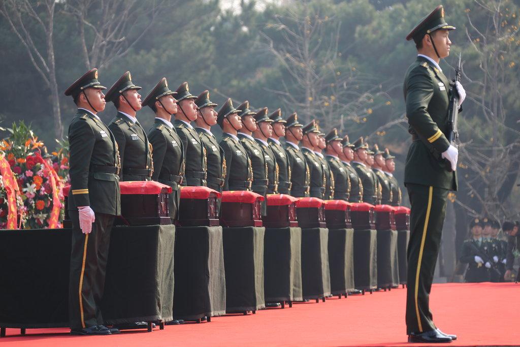 中国高规格安葬志愿军烈士遗骸 解放军鸣枪致敬