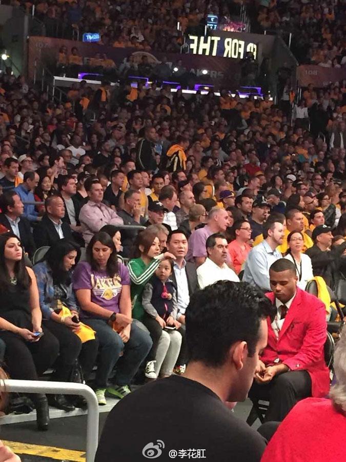 赵薇携老公女儿看NBA 卡戴珊等中外明星观战