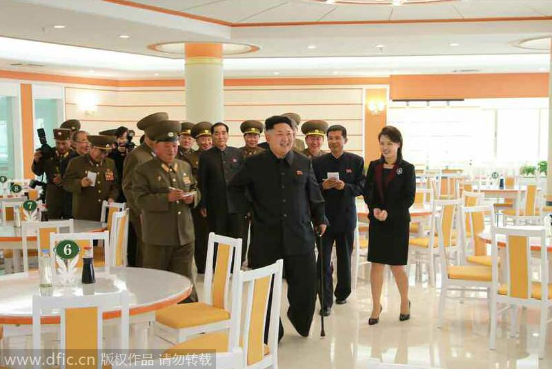 金正恩拄拐携李雪主亮相 视察改建军人餐厅